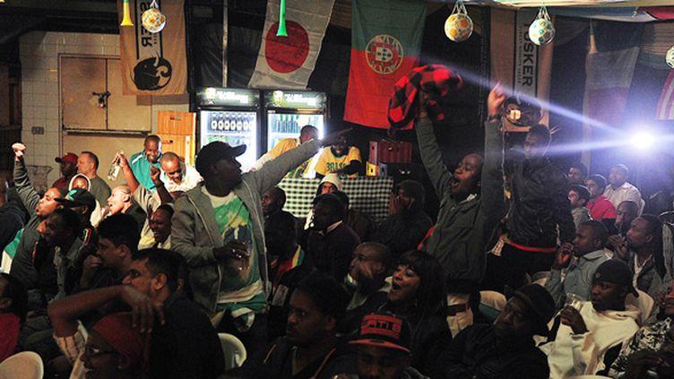 Des télé-spectateurs kényans à Nairobi (TONY KARUMBA / AFP)