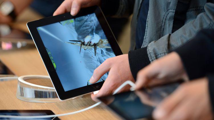 L'iPad représentait encore 17 des 25 millions de tablettes vendues au deuxième trimestre. (PATRICK HERTZOG / AFP)
