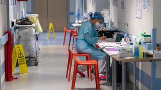 Une soignante travaille dans une unité de réanimationà l'hôpital Emile Muller de Mulhouse, le 17 avril 2020 (photo d'illustration). (PATRICK HERTZOG / AFP)