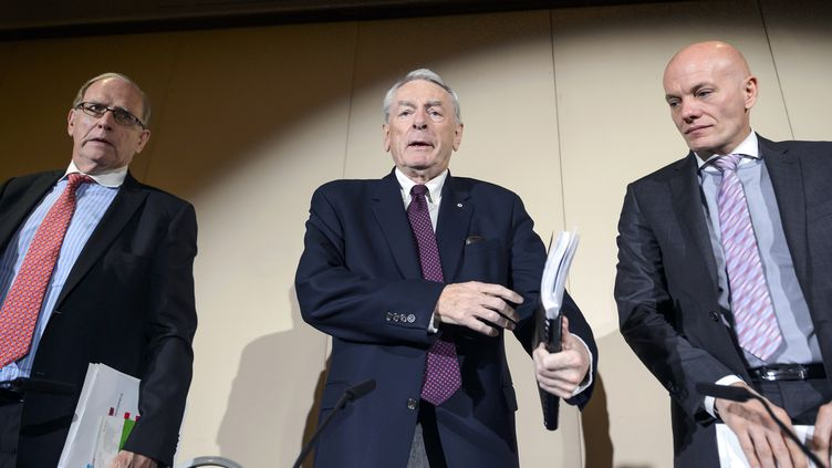 L'enquêteur Richard McLaren, l'ex-président de l'Agence mondiale antidopageRichard W. Pound, et le dirigeant de la section cybercriminalité de la police allemande Guenter Younger, le 9 novembre 2015 à Genève.        (FABRICE COFFRINI / AFP)