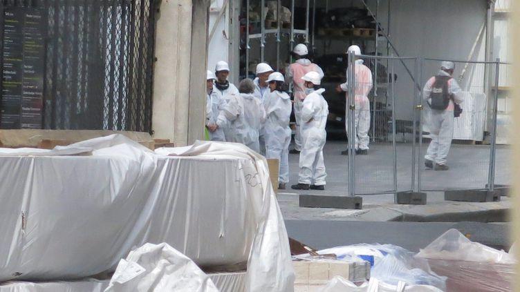 Certains riverains du quartier de Notre-Dame de Paris dénoncent un manque d'informations autour de la contamination au plomb qui a suivi l'incendie. (BENOIT HASSE / MAXPPP)