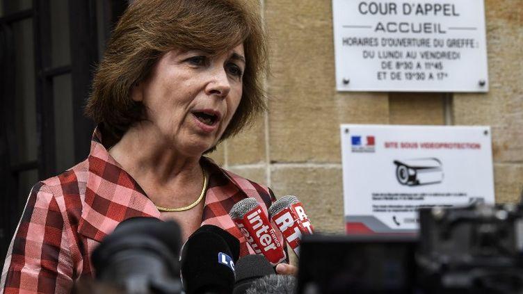 Marie-Christine Chastant-Morand répond aux questions des journalistes, à la sortie de la cour d'appel de Dijon le 4 août 2017. (PHILIPPE DESMAZES / AFP)