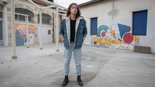 Julien Doré dans la cour de son ancienne école primaire, à Lunel (Hérault) le 28 août 2020 (FRED DUGIT / MAXPPP)