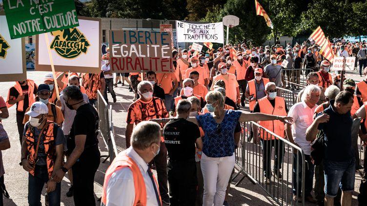 Manifestation de chasseurs contre la suspension de la chasse à la glu à Prades samedi 12 septembre. (NICOLAS PARENT / MAXPPP)