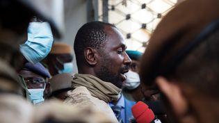Le colonel Assimi Goïta, chef de la junte et futur vice-président du Mali, parle à la presse au ministère de la Défense à Bamako, le 19 août 2020. (ANNIE RISEMBERG / AFP)