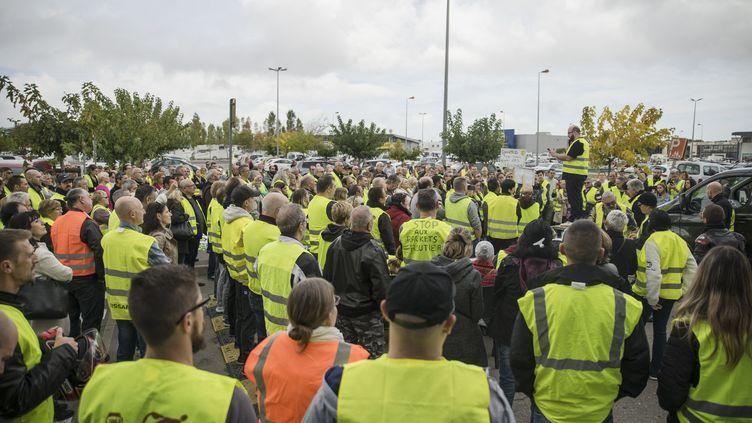 Des manifestants dans les rues de Narbonne (Aude), le 9 novembre 2018, protestent contre l'augmentation des prix des carburants. (IDRISS BIGOU-GILLES / HANS LUCAS / AFP)