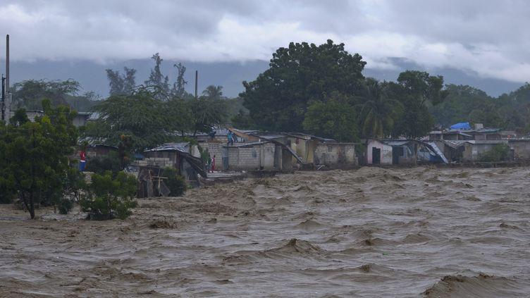 De nombreuses régions ont été inondées au passage de l'ouragan Sandy en Haïti, comme ici à Port-au-Prince, le 25 octobre 2012. (SWOAN PARKER / REUTERS)