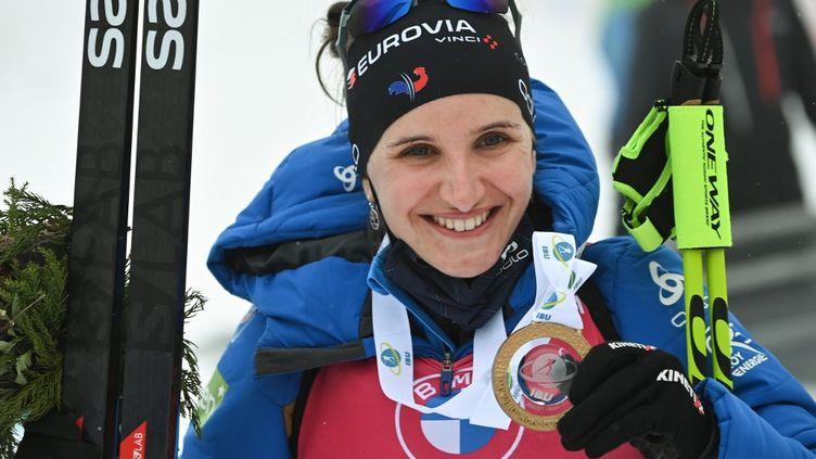 Julia Simon remporte la mass start d'Antholz (Italie) et signe un doublé historique (MARCO BERTORELLO / AFP)
