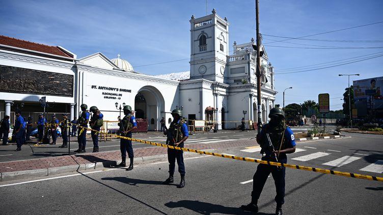 Des policiers devant l'église St Anthony àColombo, au Sri Lanka, le 22 avril 2019. (JEWEL SAMAD / AFP)