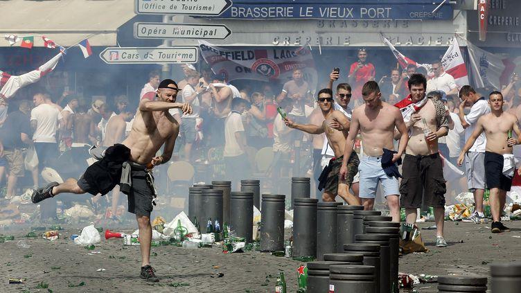 Des supporters anglais lancent des projectiles sur le Vieux Port de Marseille, le 11 juin 2016. (JEAN-PAUL PELISSIER / REUTERS)