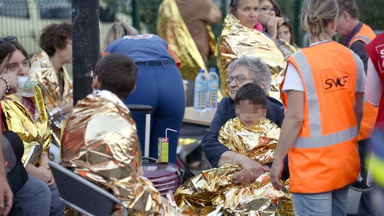 Des victimes et des membres de la SNCF à la gare de Brétigny-sur-Orge (Essonne) après le déraillement du Paris-Limoges, le 12 juillet 2013. (MARTIN BUREAU / AFP)