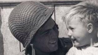 Deux hommes affirment être le petit garçon du célèbre cliché du débarquement (FRANCE 3)