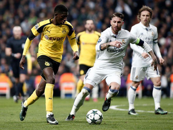 Le jeune Français Ousmane Dembélé (19 ans) en phase de poule de la Ligue des Champions, dans un duel face à Sergio Ramos, le 7 décembre 2016