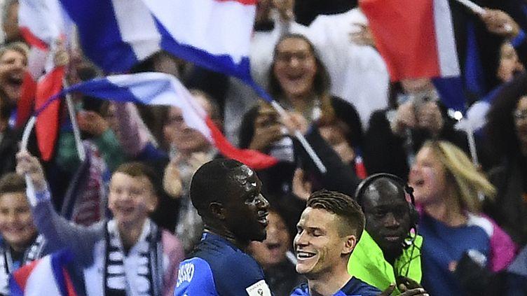 Kevin Gameiro (à droite) félicité par Moussa Sissoko (à gauche) lors de France-Bulgarie, le 7 octobre au Stade de France. (FRANCK FIFE / AFP)
