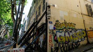 Un immeuble insalubre maintenu par des structures métalliques, le 5 mai 2019 à Marseille. (BORIS HORVAT / AFP)