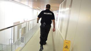 Un agent de sécurité marche dans les couloirs de l'hôpital européen de Marseille (Bouches-du-Rhône), le 19 août 2013. (MAXPPP)