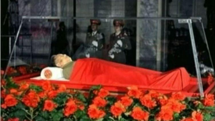 Photo de Kim Jong-il diffusée à la télévision d'Etat le 20 décembre 2011. (REUTERS)