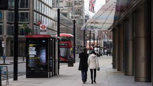 Une rue de Londres (Royaume-Uni), ville où circule un nouveau variant du coronavirus, le 30 décembre 2020. (WIKTOR SZYMANOWICZ / NURPHOTO / AFP)