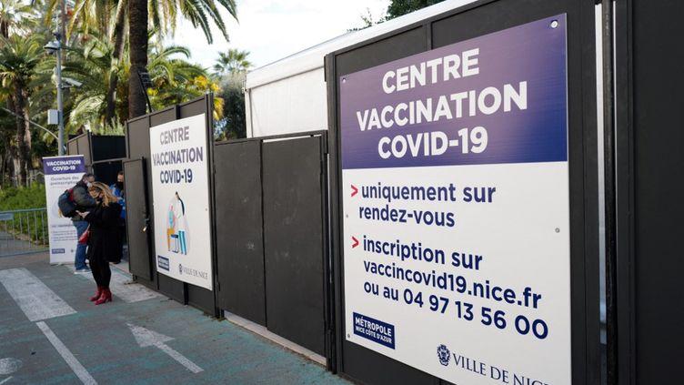 Des patients attendent devant un centre de vaccination à Nice, le 11 janvier 2021. (VALERY HACHE / AFP)
