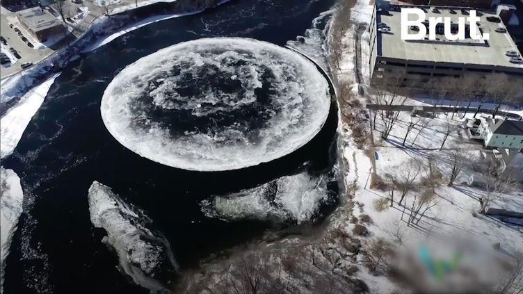 Un disque de glace géant qui tournoie dans une rivière. C'est le phénomène rare qui est apparu dans cette ville des États-Unis. (BRUT)