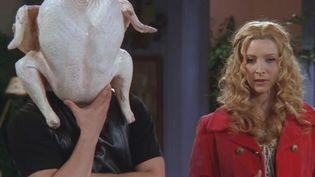 """Joey, avec une dinde coincée sur la tête, et Phoebe, dans l'épisode 8 de la saison 5 de """"Friends"""", consacré à Thanksgiving. (NBC )"""