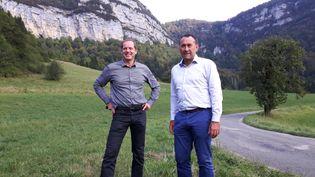 Le directeur du Tour de France, Christian Prudhomme, et le directeur de course, Thierry Gouvenou, au sommet du col de la Biche, dans le massif du Jura, l'un des trois cols hors catégorie de la neuvième étape, inédit sur le Tour de France. (FABRICE RIGOBERT / RADIO FRANCE)