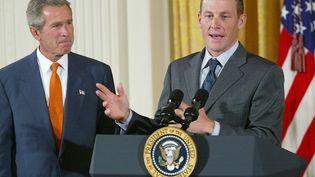 Lance Armstrong à la Maison Blanche avec le président des Etats-Unis George W. Bush, en 2002. (TIM SLOAN / AFP)