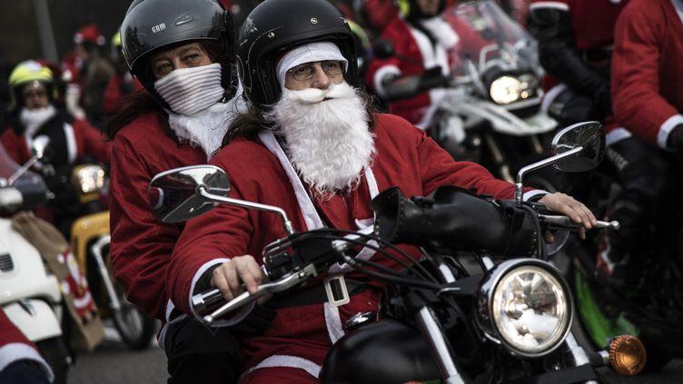 Des personnes déguisées en père Noël, à Turin (Italie), le 2 décembre 2018. (MARCO BERTORELLO / AFP)