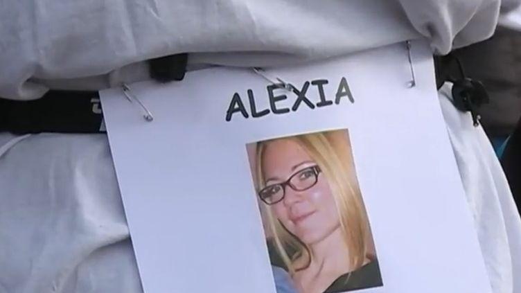 Ce samedi 4 octobre, à Paris et dans plusieurs grandes villes de France, étaient organisés des courses à pied en hommage à Alexia Daval, disparue vendredi dernier pendant son footing. (France 2)