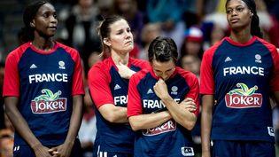 Les joueuses de l'équipe de France de basket après leur défaite en finale de l'Euro contre l'Espagne, le 25 juin 2017. (MARTIN DIVISEK / EPA)