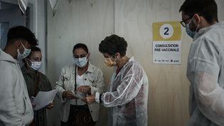 Le personnel médical accueille des patients à l'ouverture d'un centre temporaire de vaccination, à Bordeaux, le 26 mai 2021. (PHILIPPE LOPEZ / AFP)