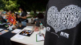 """Un T-shirt commémoratif exposé lors de la première célébration du """"Juneteenth"""", au Foote Lagoon à Loveland (Colorado), le samedi 19 juin 2021. (BETHANY BAKER / THE COLORADOAN / REUTERS)"""