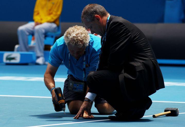 Lors d'un match Soderling-Hernych à l'Open 2011, l'un des joueurs s'était plaint que la balle ne rebondissait plus à un endroit du terrain. Ce qui avait nécessité une intervention à base de maillet et de perceuse... (QUINN ROONEY / GETTY IMAGES)