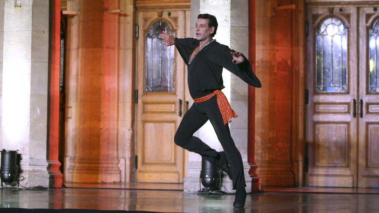 Patrick Dupond, danseur étoile puisdirecteur de l'Opéra de Paris, lors du spectacle de clôture des Journées européennes du patrimoine devant la facade du théâtre Jean Vilar, à Saint-Quentin (Aisne), le 16 septembre 2007. (VILLARD / SIPA)