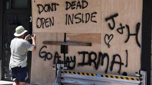 """Comme un défi lancé aux éléments. Le message """"va-t-en Irma"""" a été tagué sur une façade baricadéede Miami (Floride), vendredi 8 septembre. (CARLO ALLEGRI / REUTERS)"""