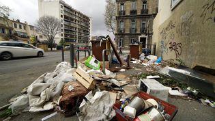 Plusieurs rues du centre-ville de Marseille (Bouches-du-Rhône) étouffent sous les déchets en raison d'une grève des éboueurs, le 23 mars 2017. (MAXPPP)