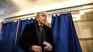 Gérard Collomb lors du premier tour de l'élection municipale à Lyon, le 15 mars 2020. (ANTOINE MERLET / HANS LUCAS / AFP)