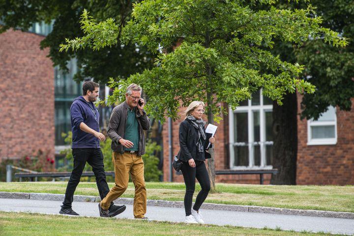 La gestion épidémique suédois, en partie décidée par l'épidémiologiste Anders Tegnell (au centre), chef de l'Agence de santé publique suédoise, dénote de celle de ses voisins européens.  (JONATHAN NACKSTRAND / AFP)