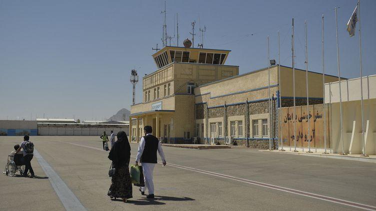 Des passagers sur le tarmac de l'aéroport de Herat, en Afghanistan, s'apprêtent à embarquer pour Kaboul, la capitale, le 22 septembre 2021. (HOSHANG HASHIMI / AFP)