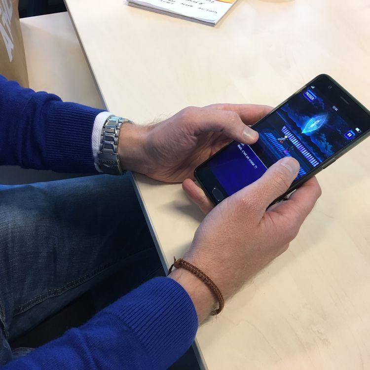 """Le jeu """"Final Fantasy : BraveExvius"""", disponible sur smartphone, estconnu pour inciter les joueurs à dépenser d'importantes sommes d'argent. (VINCENT MATALON / FRANCEINFO)"""