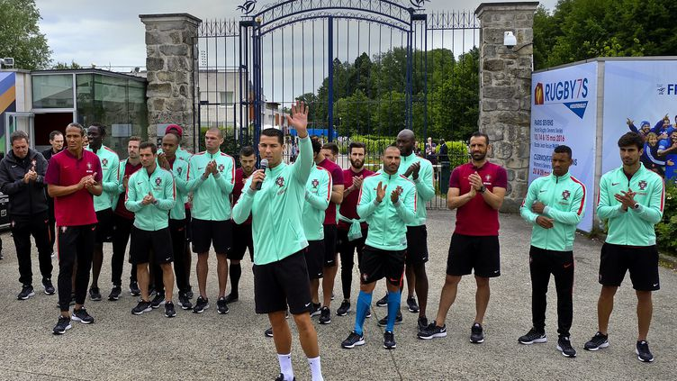 Cristiano Ronaldo (au centre, micro à la main), le 3 juillet 2016 àMarcoussis (Essonne). (MAXPPP)