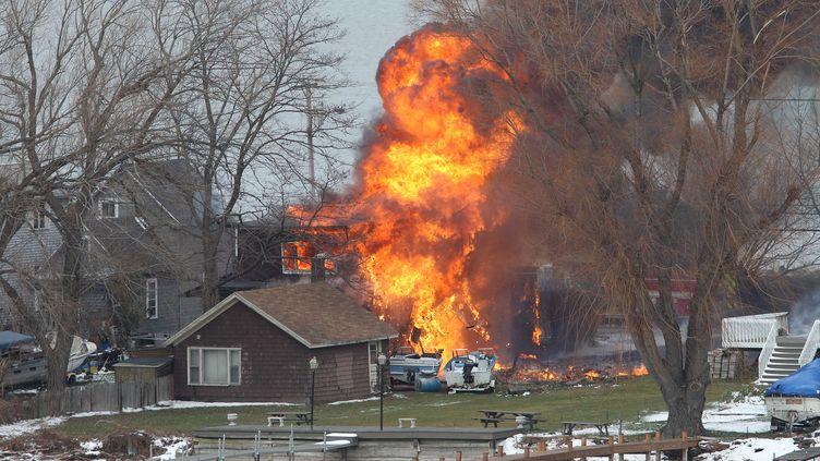 Une maison brûle à Webster, dans l'Etat de New York (Etats-Unis), le 24 décembre 2012. Deux pompiers ont été tués par un forcené et deux autres ont étégrièvementblessés alors qu'ils intervenaient sur un incendie. (JAMIE GERMANO / AP / SIPA)