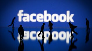 """Facebook at Work devrait permettre aux utilisateurs de """"discuter avec des collègues, de se mettre en relation avec des professionnels et de collaborer à des documents"""", selon le """"Financial Times"""". (JOEL SAGET / AFP)"""