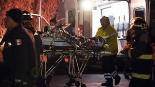 Un blessé est évacué après l'incendie d'un oléoduc qui a fait au moins 21 morts,le 18 janvier 2019 àTlahuelilpan (Mexique). (ALFREDO ESTRELLA / AFP)