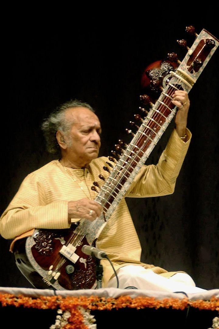 Ravi Shankar jouant de la Sittar en 25 février 2004  (RAVI RAVEENDRAN / AFP)