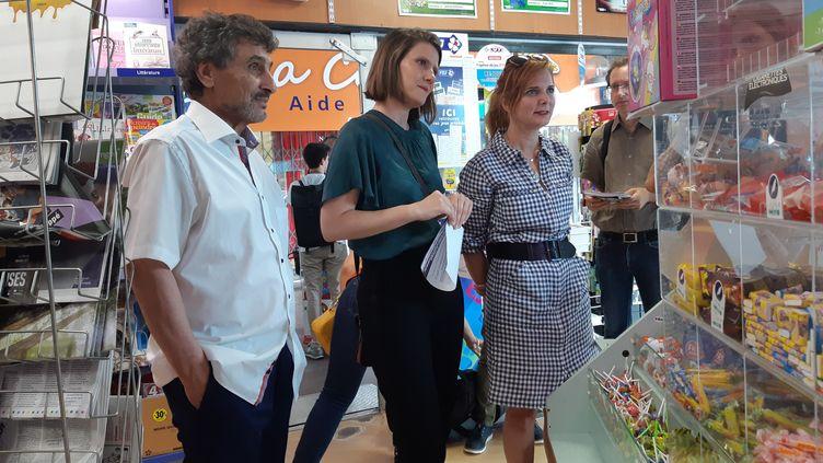 De gauche à droite, le candidat sans étiquette Mohed Altrad, l'anticapitaliste Alenka Doulain et l'écologiste Clothilde Ollier discutent avec les gérants d'un tabac-presse à Montpellier (Hérault), le 16 juin 2020. (RAPHAEL GODET / FRANCEINFO)