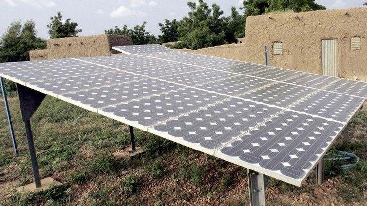 Des panneaux solaires dans le village de Safo Nassarawa, près de Maradi, au Niger (photo d'illustration). (ISSOUF SANOGO / AFP)