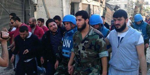 Un autre Un autre Tlass, Abdul-Razzaq (un officier, en treillis, à Homs le 21-4-2012), cousin de Manaf Tlass, a rejoint les rangs des rebelles (photo de l'agence d'opposition Shaam News Network) (AFP - HO - SHAAM NEWS NETWORK)