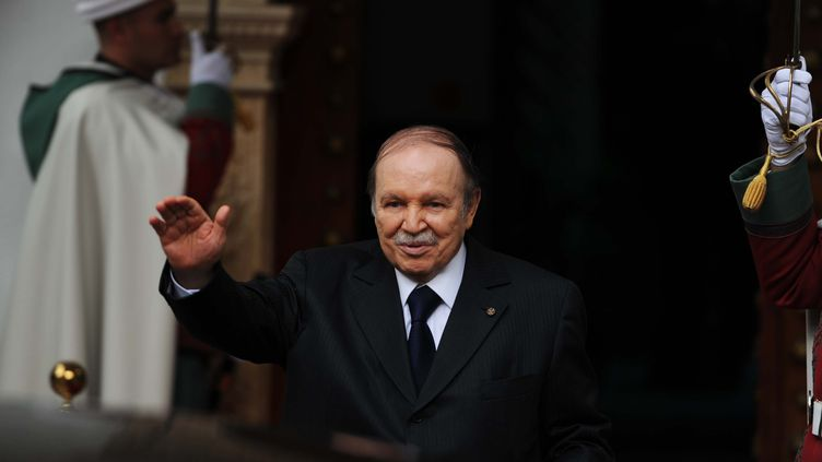 Le président algérien, Abdelaziz Bouteflika, lors de la visite de l'émir du Koweïtà Alger (Algérie), le 14 janvier 2013. (FAROUK BATICHE / AFP)
