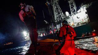 Une opération de sauvetage des migrants par les ONG SOS Méditerranée et Médecins sans frontières (MSF), en Méditerranée, le 26 décembre 2017. (FEDERICO SCOPPA / AFP)
